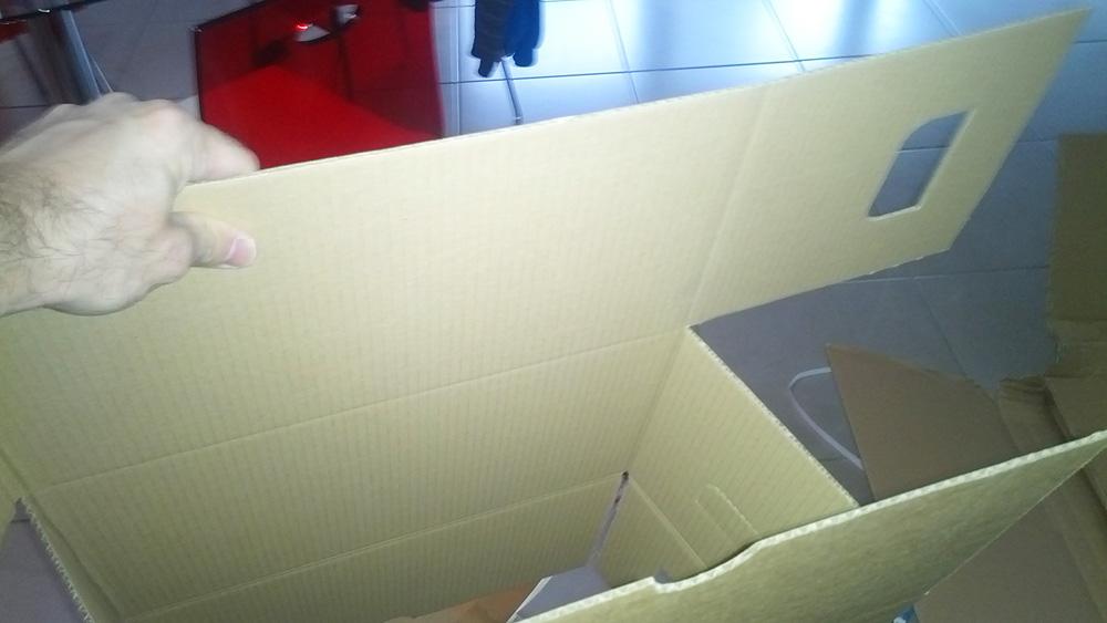 Dépliage du carton de la future boîte vinyles